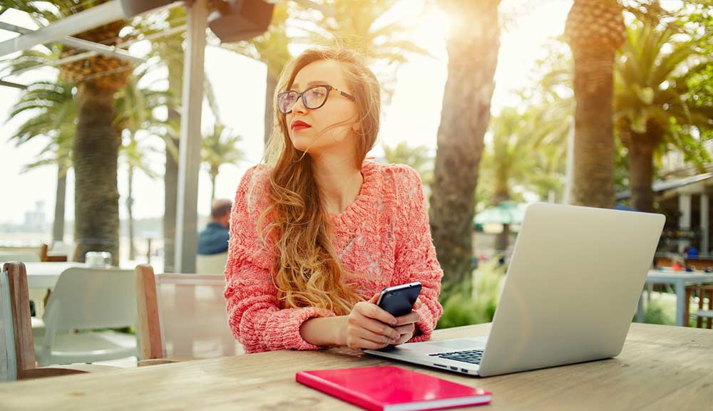 אישה עם מחשב נייד וסמארטפון